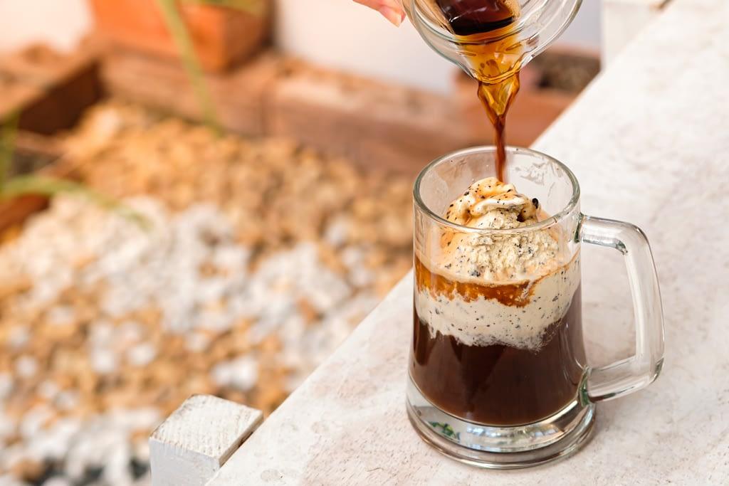 Sorvete quente: Na imagem, café sendo despejado em uma caneca com sorvete.